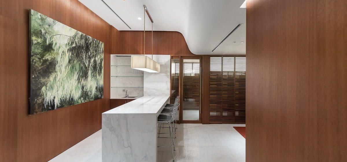 מרתף יינות של מגדל המגורים היוקרתי שעיצב הארכיטקט ריצ'רד מאייר, מאפשר לכל דייר בנייה ואחסון של אוסף יין פרטי