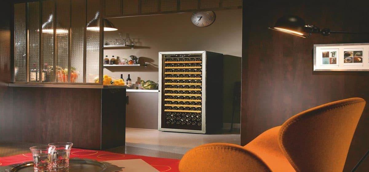 מקרר יין עם דלת זכוכית למטבח