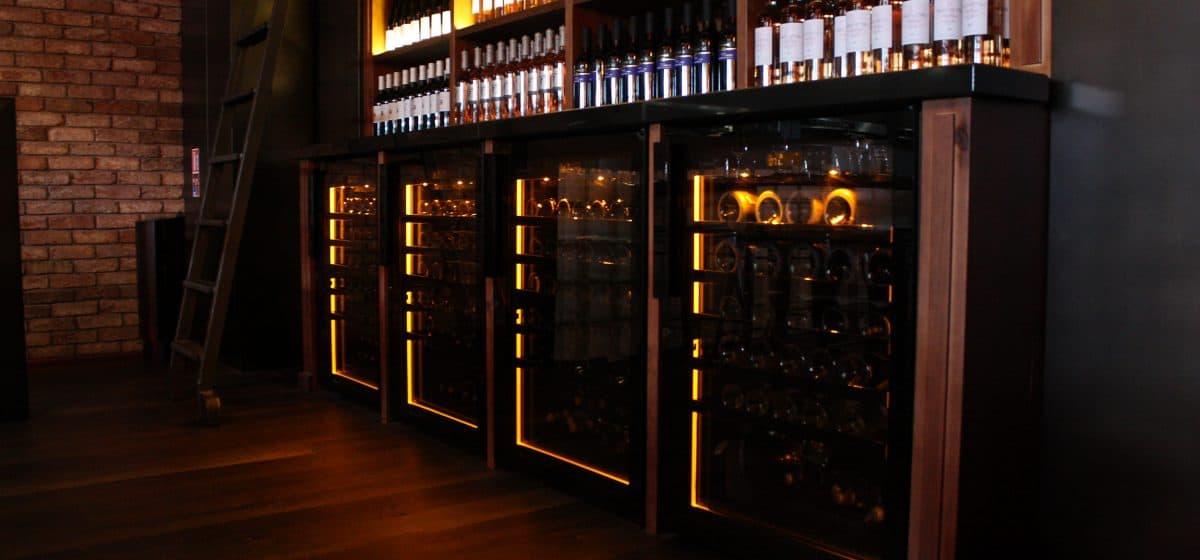 מקררי יין במסעדה